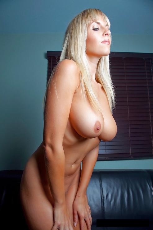 Femme mûre aux gros seins pose pour la caméra