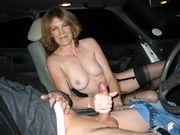 Femme mature avec une bite dans ses mains