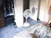 Fille est filmée nue dans sa chambre