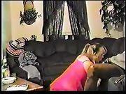 Femme sur ses genoux rend le sexe oral à un homme noir