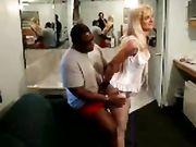 Mari invité un ami noir pour faire des rapports sexuels avec sa femme
