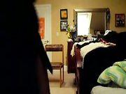Fille jouant nu dans la chambre