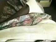 Une femme d'âge mûr sexe au lit avec un homme noir