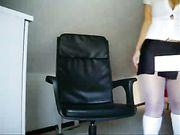 Fille allemande avec joli corps est nu sur la caméra
