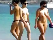 Deux femmes topless et nue à la plage