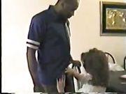 Une femme fait le sexe à la maison avec un homme noir