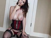 La fille est nue à la maison et elle veut une bite dans son vagin