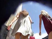 Une caméra cachée en public filme deux filles sexy par derrière